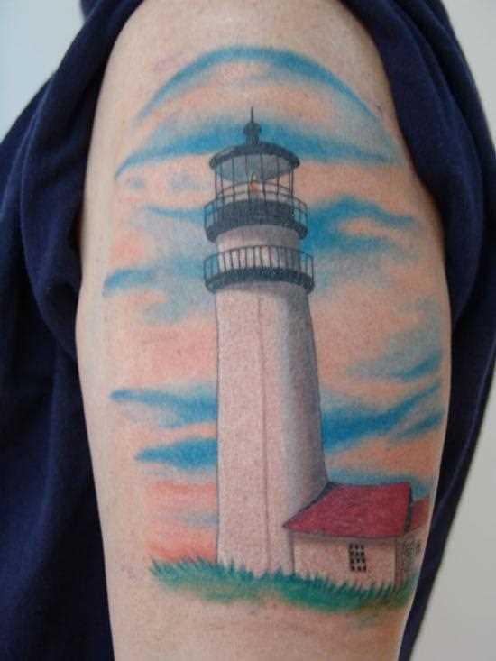 Bela tatuagem no ombro da menina - o farol e a casa de