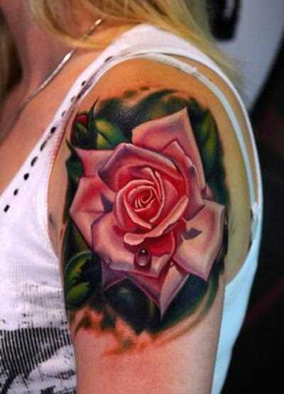 Bela tatuagem no ombro da menina - rosa
