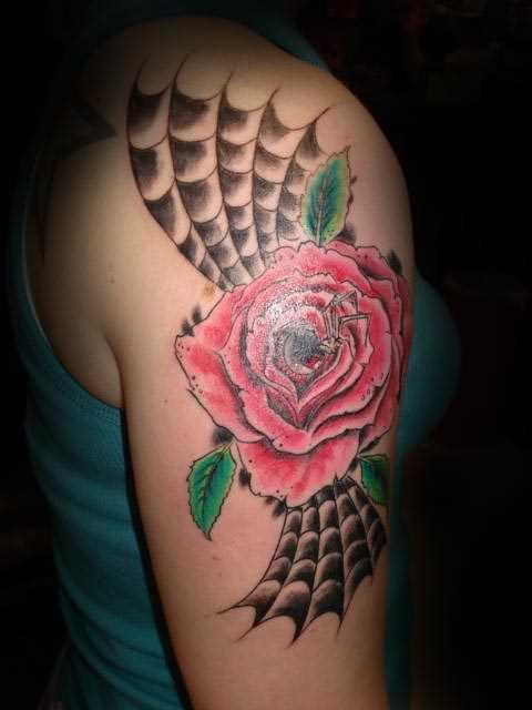 Bela tatuagem no ombro da menina - teia de aranha, rosa e aranha