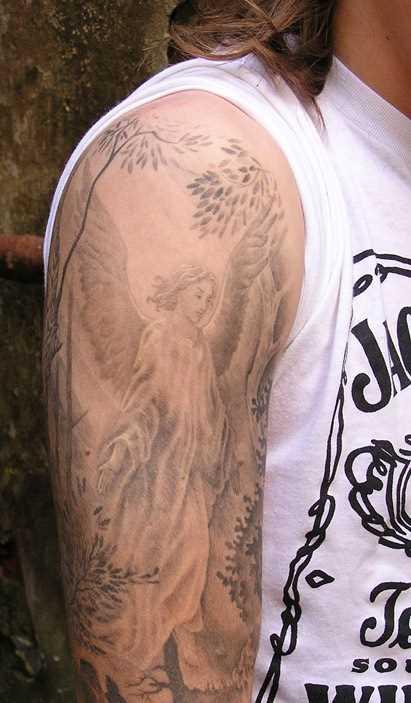 Bela tatuagem no ombro de um cara - de- anjo