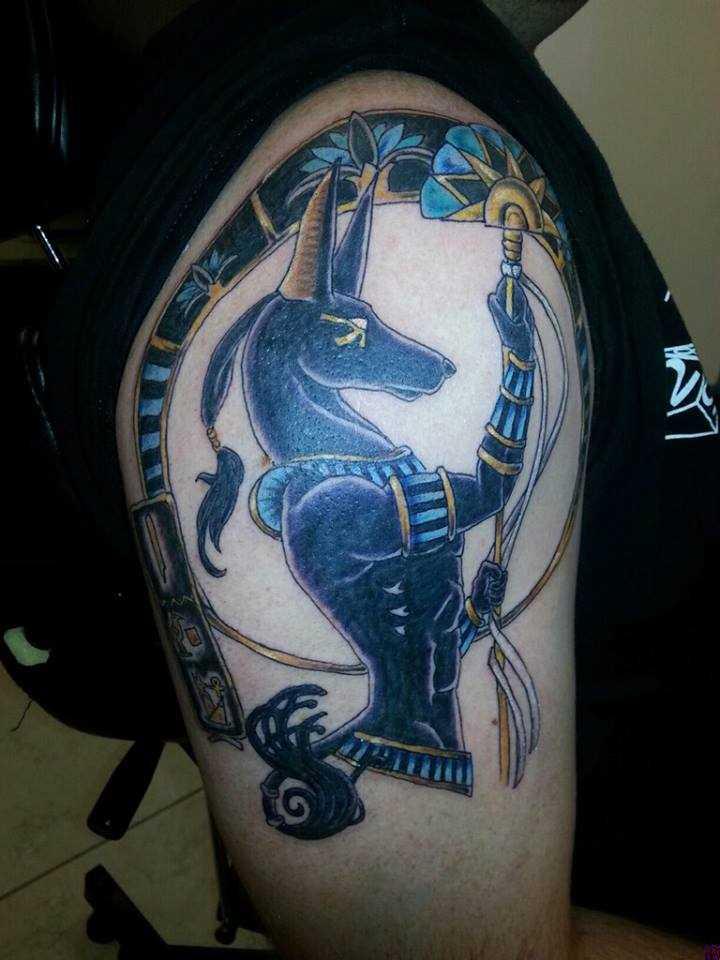 Bela tatuagem no ombro de um cara - of anubis