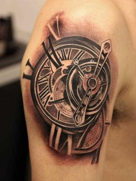 Bela tatuagem no ombro de um cara - relógios