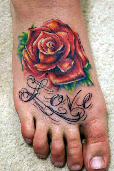 Bela tatuagem no pé da menina - rosa e inscrição
