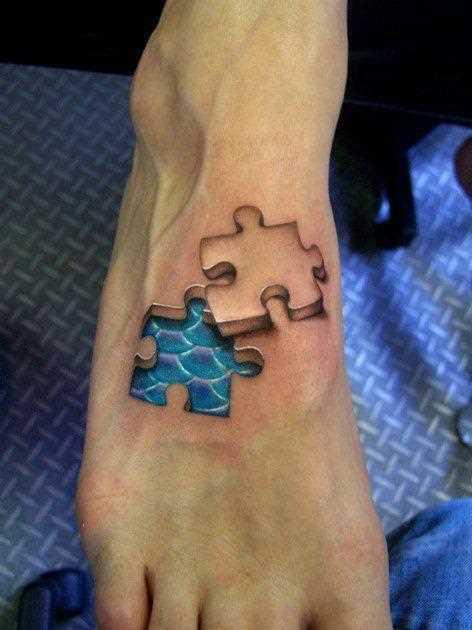 Bela tatuagem no pé de uma menina de quebra - cabeças