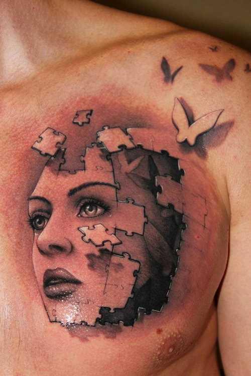 Bela tatuagem no peito de um cara - de quebra-cabeça em forma de rosto da menina