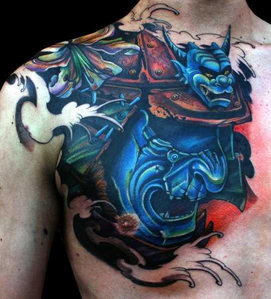 Bela tatuagem no peito de um cara - máscara