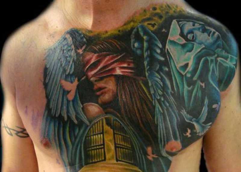 Bela tatuagem no peito do cara - de- anjo e pombos