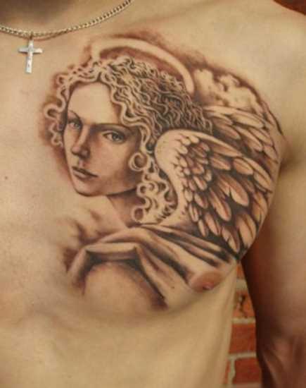 Bela tatuagem no peito do cara - um anjo em forma de menina bonita