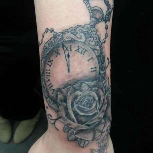 Bela tatuagem no pulso da menina - relógio de bolso e rosa