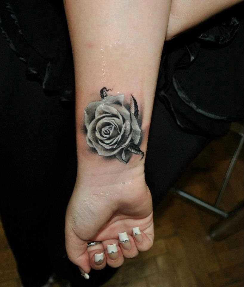 Bela tatuagem no pulso da menina - rosa