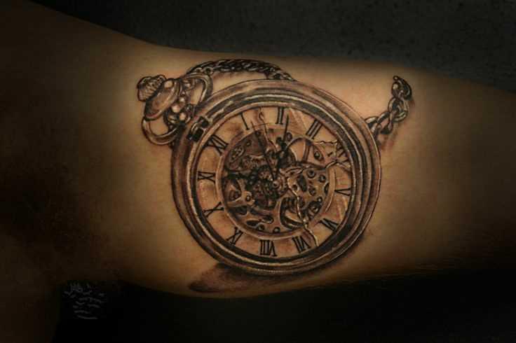Bela tatuagem que tem no braço do cara - relógio de bolso