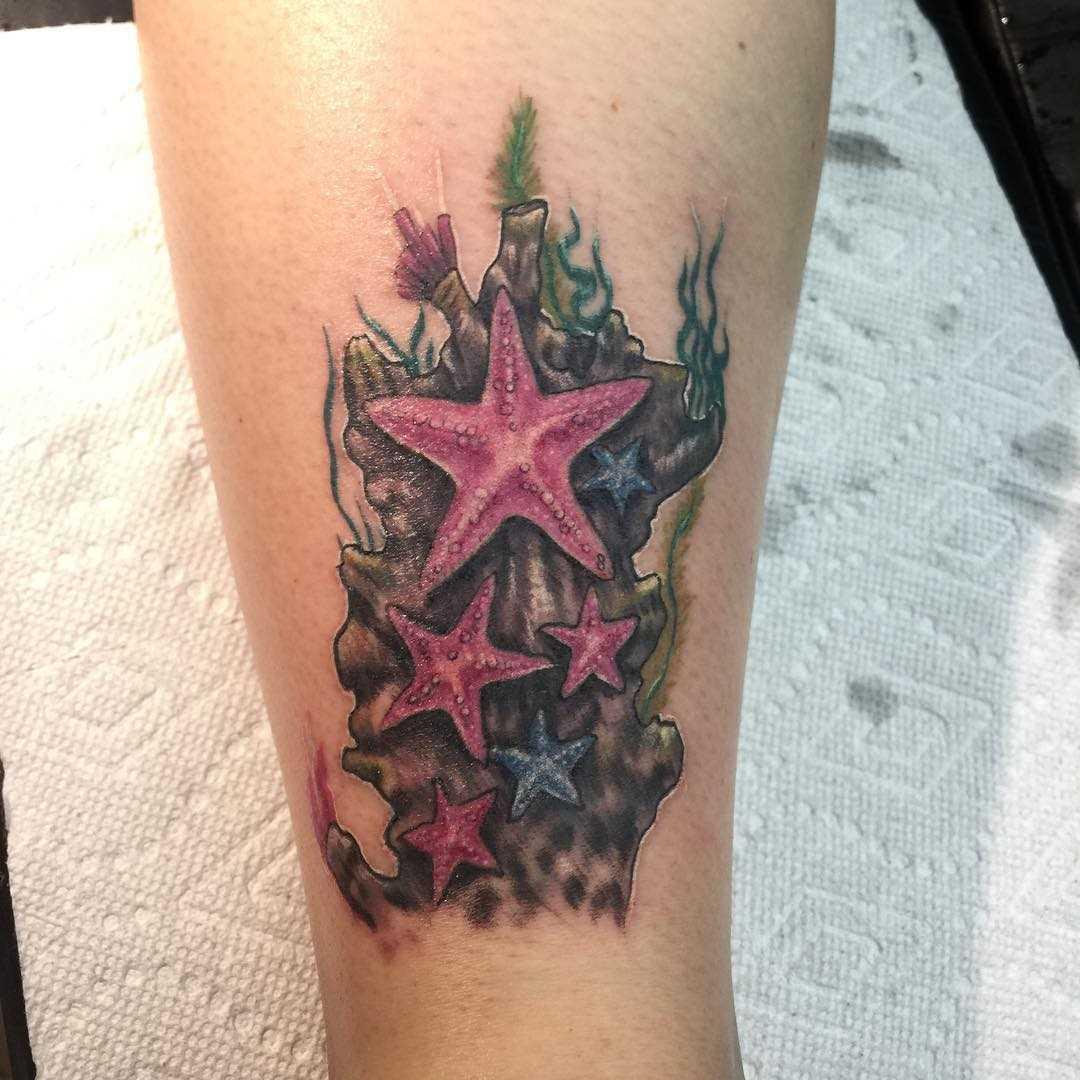 Belo desenho de estrelas do mar sobre a perna da menina