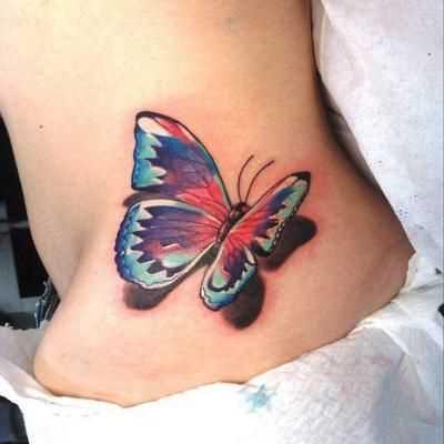 Borboleta em estilo 3d ao lado da menina cores de tatuagem