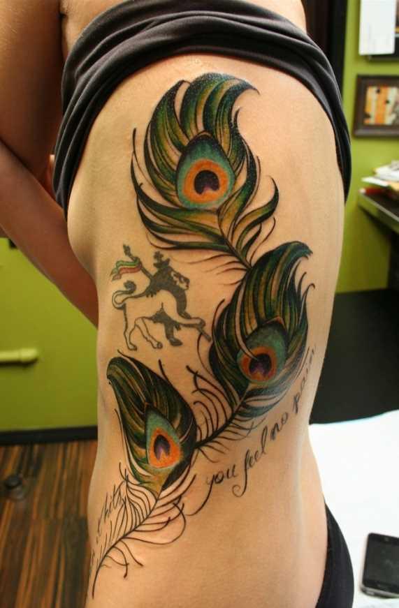 Cores de tatuagem ao lado da menina - penas de pavão