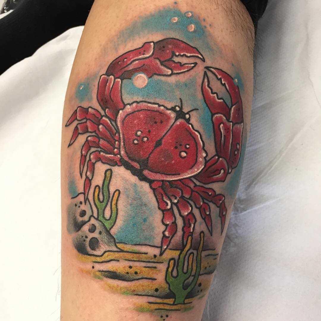 Cores de tatuagem caranguejo sobre a perna de um cara