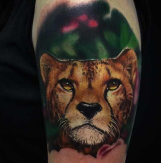 Cores de tatuagem chita no ombro da menina