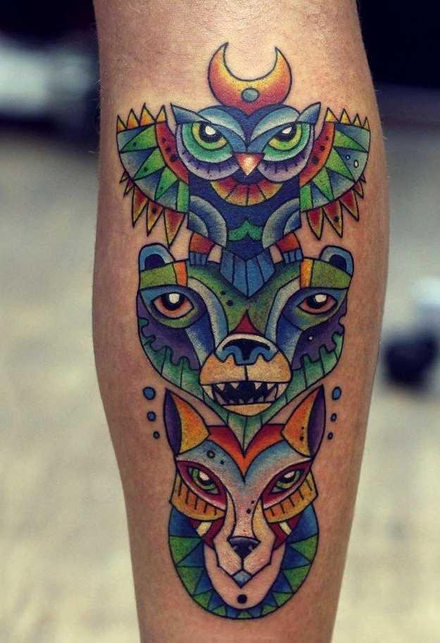Cores de tatuagem do totem sobre a perna de um cara