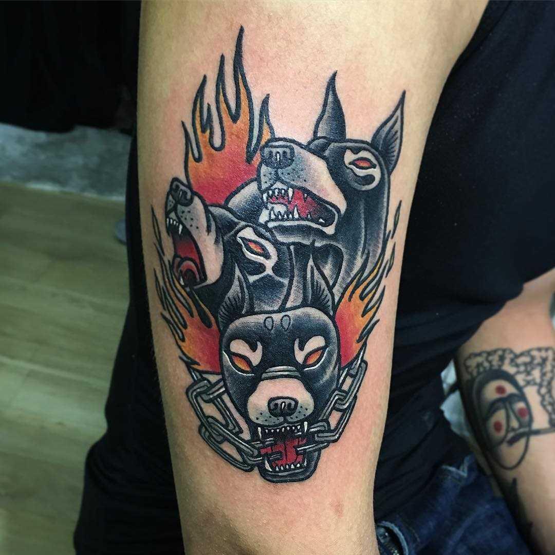 Cores de tatuagem e negativo na mão de um cara