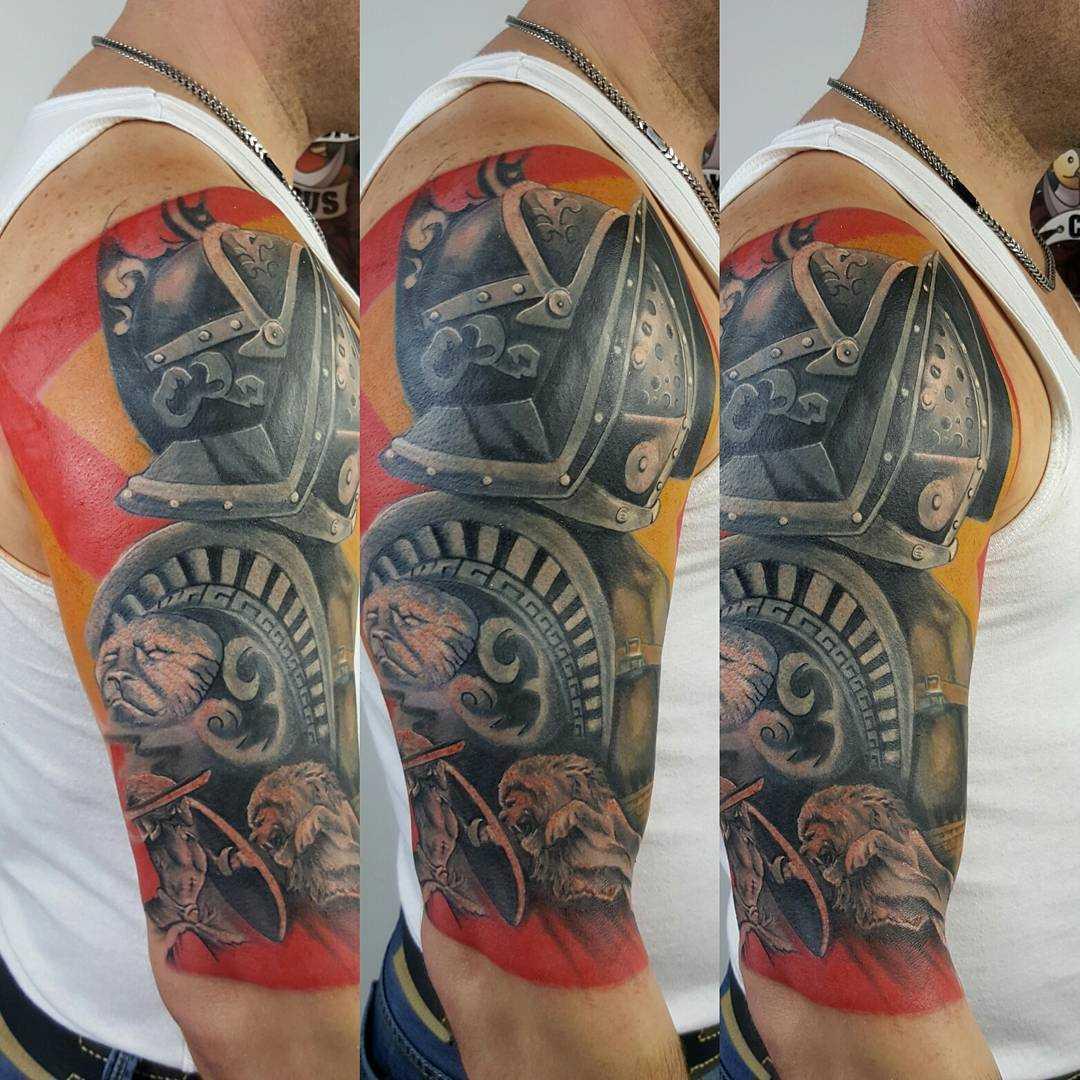Cores de tatuagem gladiador no ombro do cara