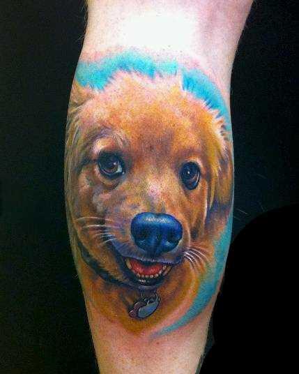 Cores de tatuagem na perna da menina em forma de cão