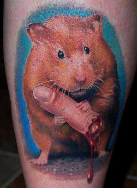 Cores de tatuagem na perna da menina - mouse com o dedo otgryzannym