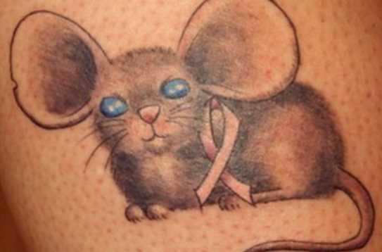Cores de tatuagem na perna da menina - mouse com uma fita
