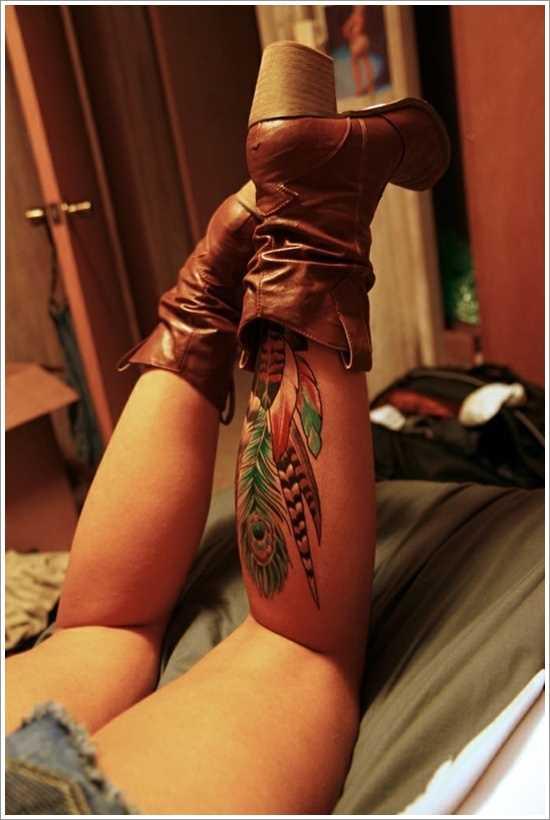 Cores de tatuagem na perna da menina, na forma de canetas