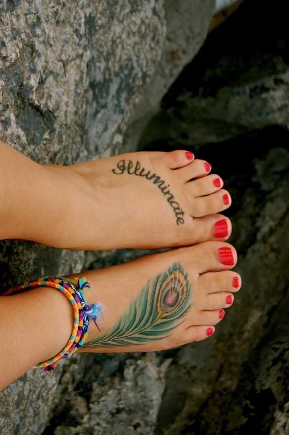 Cores de tatuagem na planta do pé da menina - pena de pavão