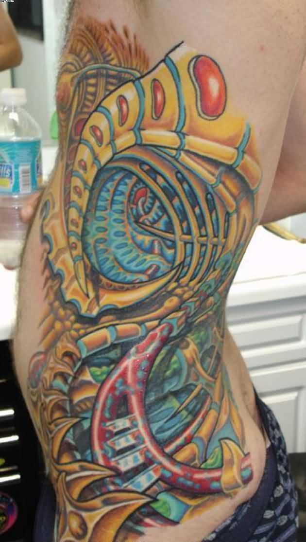 Cores de tatuagem no estilo de biomecânica-organika ao lado de um cara