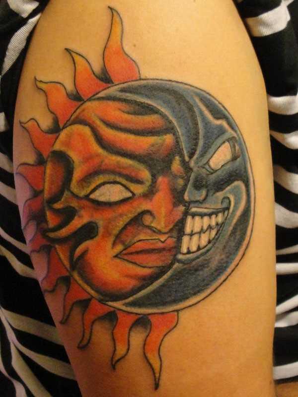 Cores de tatuagem no ombro da menina - o sol e a lua