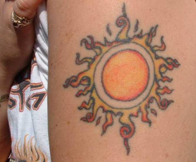 Cores de tatuagem no ombro da menina - sol