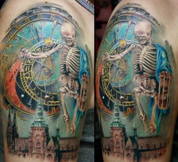 Cores de tatuagem no ombro de um cara - esqueleto
