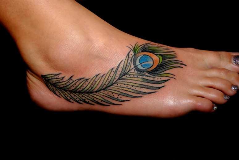 Cores de tatuagem no pé de uma menina em forma de caneta pavão