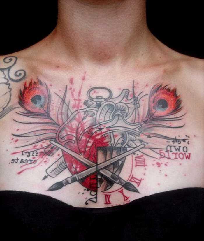 Cores de tatuagem no peito da menina, na forma de canetas