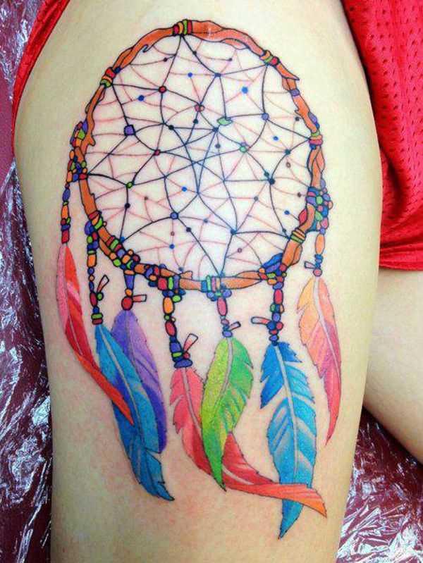 Cores de tatuagem que a menina nas coxas, na forma de um apanhador de sonhos