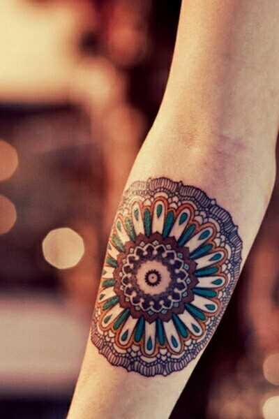 Cores de tatuagem que a menina no antebraço - mandala