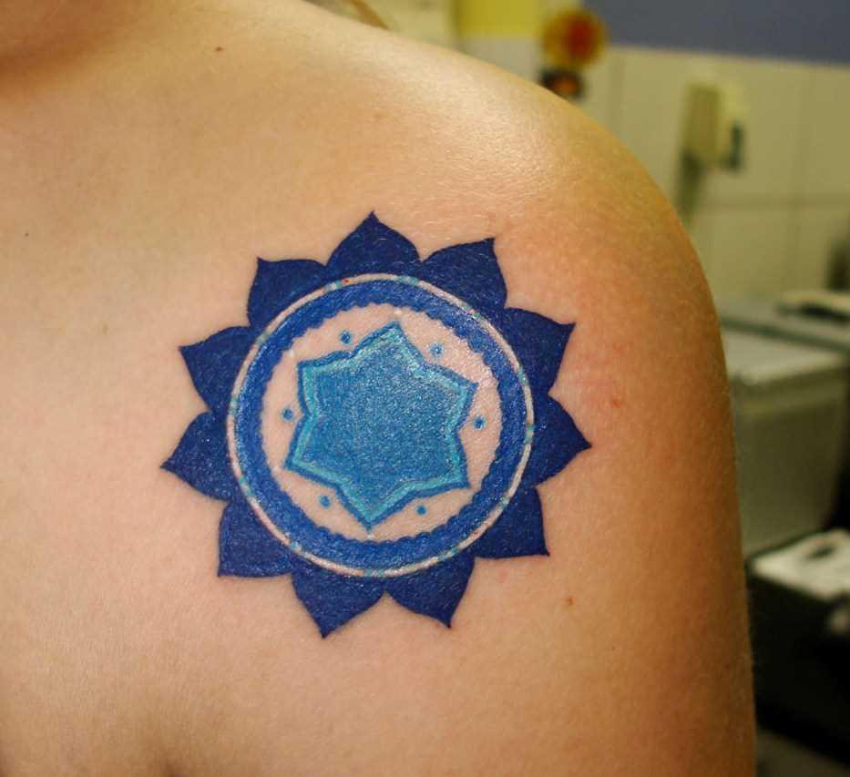 Cores de tatuagem que a menina no ombro - mandala