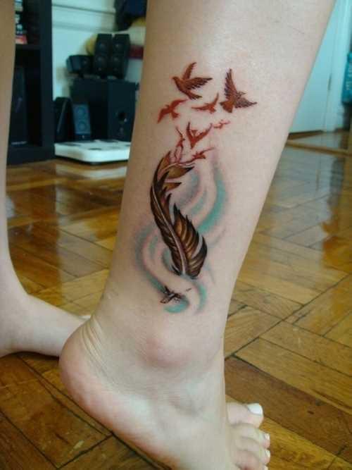 Cores de tatuagem que a menina sobre a perna em forma de caneta e aves