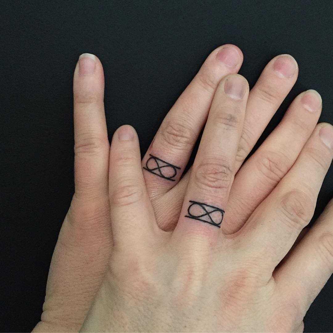 Desenho de alianças de casamento em que os dedos de um cara e uma menina