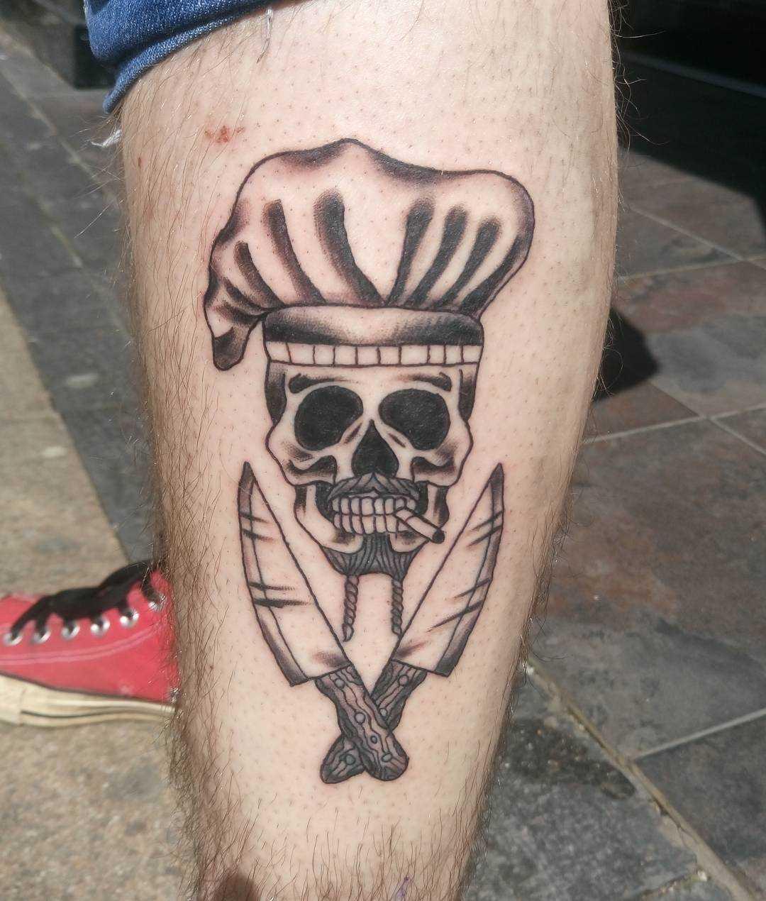 Desenho de facas com uma caveira sobre a perna de um cara