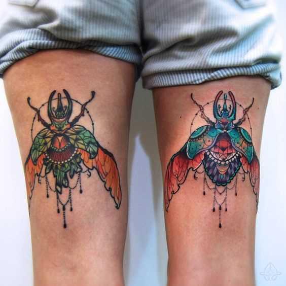 Desenhos de escaravelho nas coxas de uma mulher