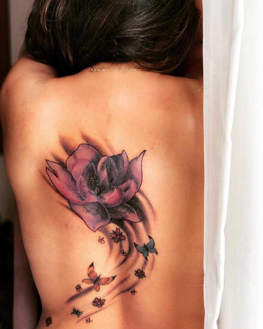 Esta foto de uma linda tatuagem, lírios de água na parte de trás da menina