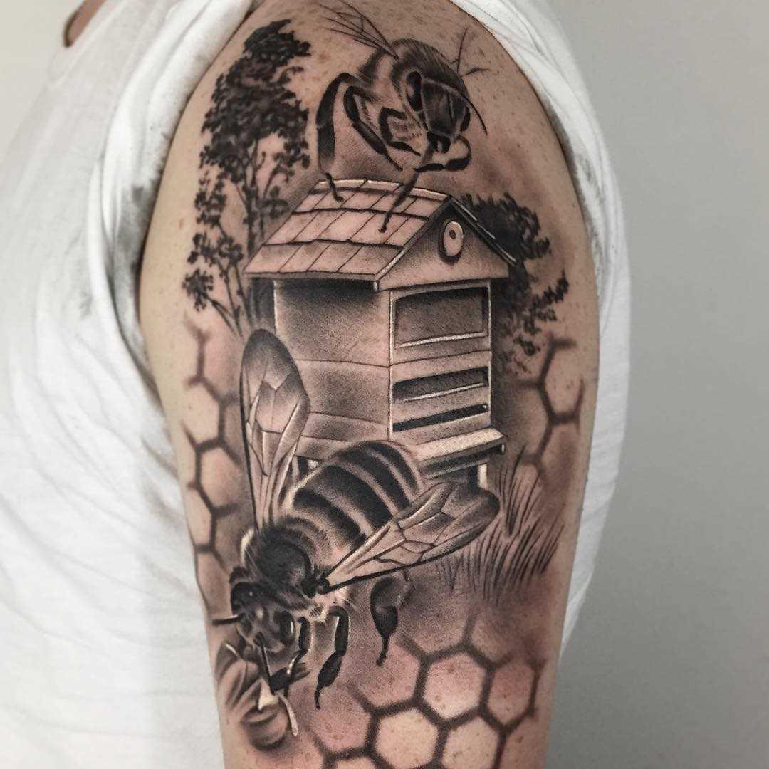 Figura abelhas no ombro do cara