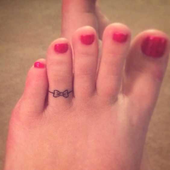 Figura anel no dedo de uma menina