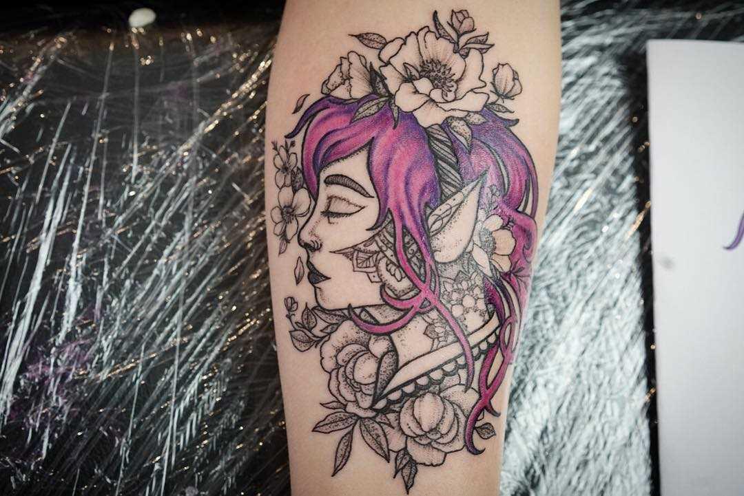 Figura da menina elfo com flores no antebraço da menina