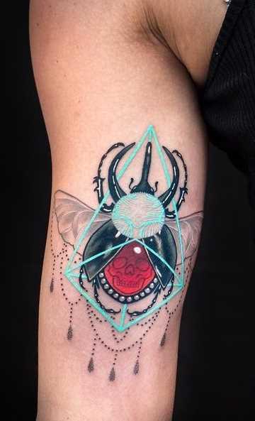 Figura escaravelho na mão da mulher