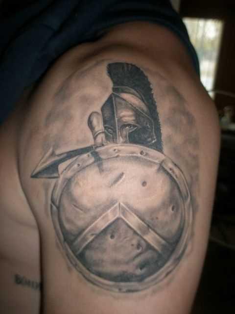 Figura espartano com um escudo no ombro do cara
