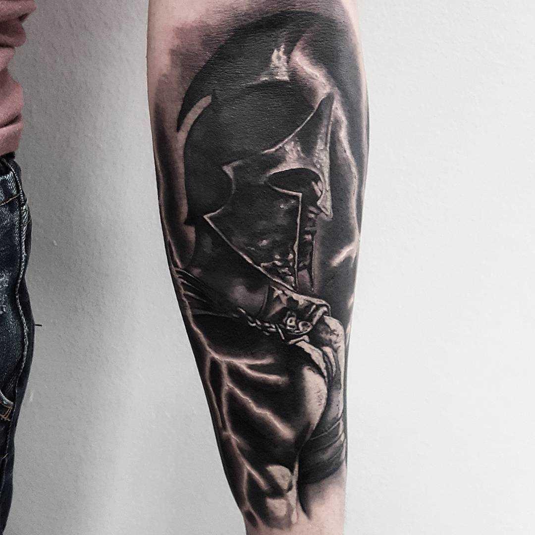 Figura espartano no antebraço cara