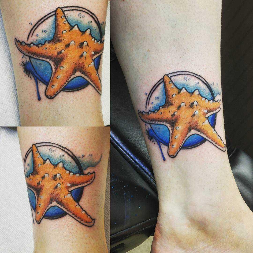 Figura estrela do mar sobre a perna da menina