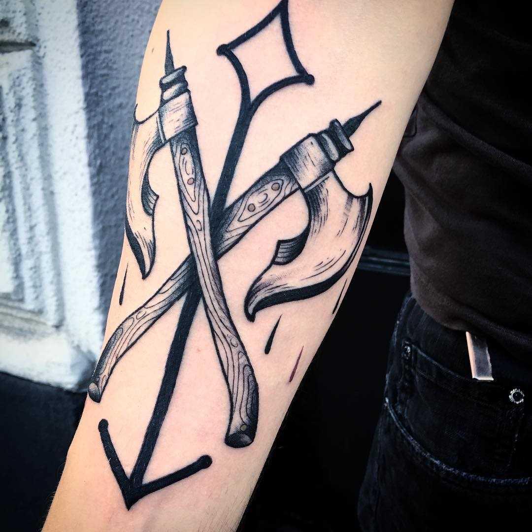 Figura machados com uma flecha no antebraço cara